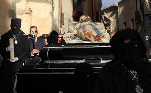 La emoción desborda las calles del casco histórico en la procesión del Cristo Yacente