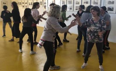 Un grupo de mujeres de Husillos participan en un taller de defensa personal