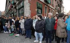 Público en la procesión del Santísimo Rosario del Dolor de Valladolid (1/2)