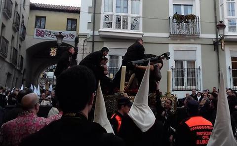 Estupor en Burgos ante la caída de la imagen del Santísimo Cristo en plena procesión
