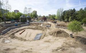 El nuevo parque Juan de Austria avanza con los muros y senderos para salvar el desnivel del terreno