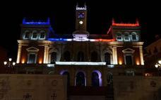 El Ayuntamiento y la Cúpula del Milenio se iluminan con los colores de la bandera francesa