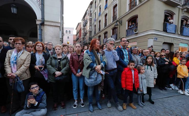 Público en la procesión del Encuentro del Martes Santo en Valladolid (1/2)