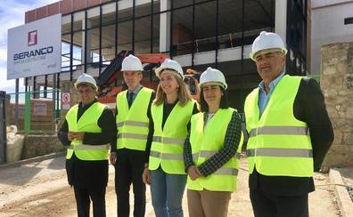 Alicia García asegura que no dejarán de lado a los trabajadores de las empresas auxiliares de Nissan Ávila