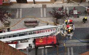 Dos adultos intoxicados durante un incendio en la calle Esgueva de Valladolid