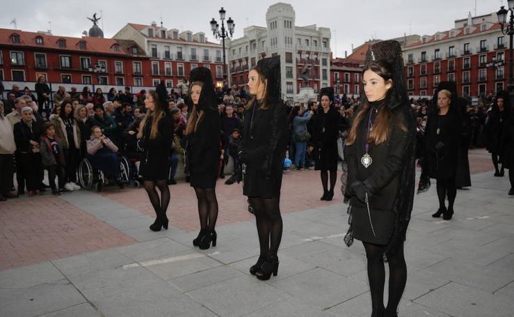 Público en el Vía Crucis procesional en Valladolid