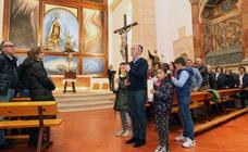 La lluvia arruina la espectacularidad del vía Crucis de los Carmelitas