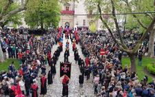 La Hermandad Universitaria del Cristo de la Luz reta a la amenaza de lluvia y procesiona por Valladolid