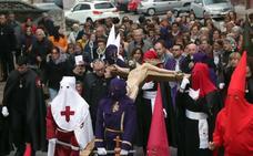 Decenas de fieles acompañan en Cuéllar al Cristo del Calvario
