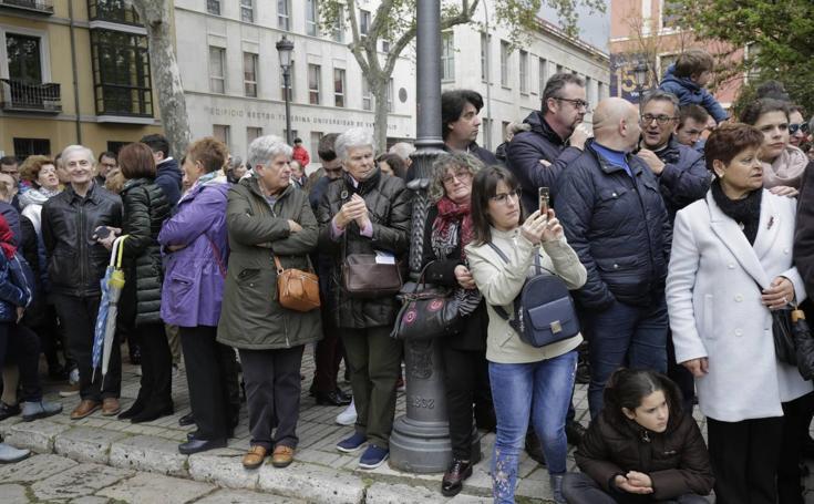 Público en la procesión del Cristo de la Luz de Valladolid