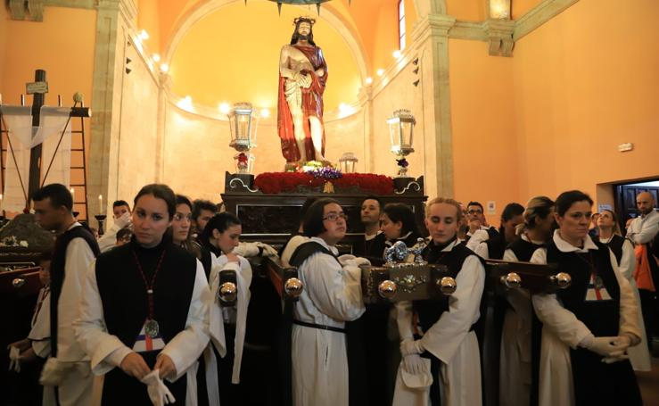 La amenaza de lluvia impide salir a Jesús del Vía Crucis en Salamanca
