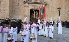 La Seráfica desafía a la lluvia y procesiona en Salamanca