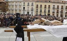 Miles de personas siguen el Descendimiento y el Santo Entierro en Palencia