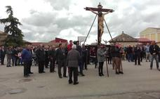El Cristo de las Eras recorre las calles de Peñaflor de Hornija durante el Vía Crucis