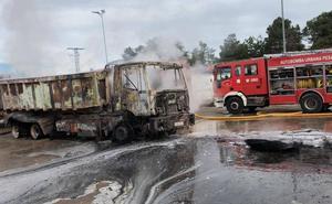 Un incendio calcina parte del centro de residuos de la localidad abulense de Vinaderos