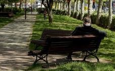 Los bancos de calle ganan altura en Valladolid para facilitar su uso a las personas mayores