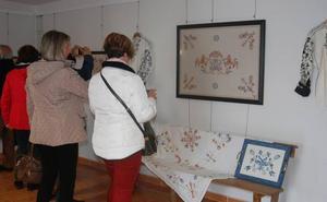 Exposición de bordado serrano en Santibáñez para revalorizar la artesanía popular