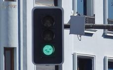 La Policía de Valladolid sorprende a un conductor dormido al volante ante un semáforo en la carretera de Rueda