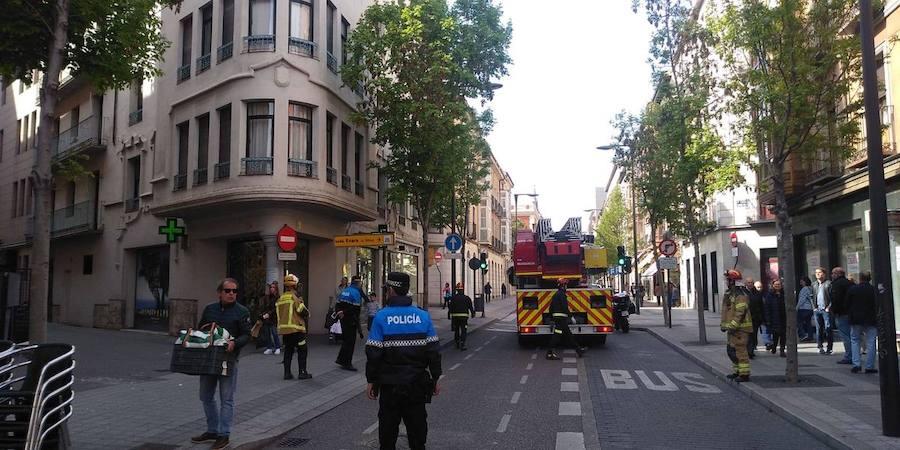 La caída de cascotes de un edificio obliga a cortar la calle Duque de la Victoria en Valladolid