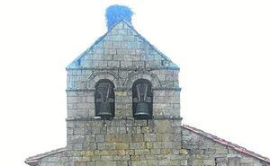 Vecinos alertan de que el peso de un nido amenaza la espadaña de una iglesia del norte de Palencia