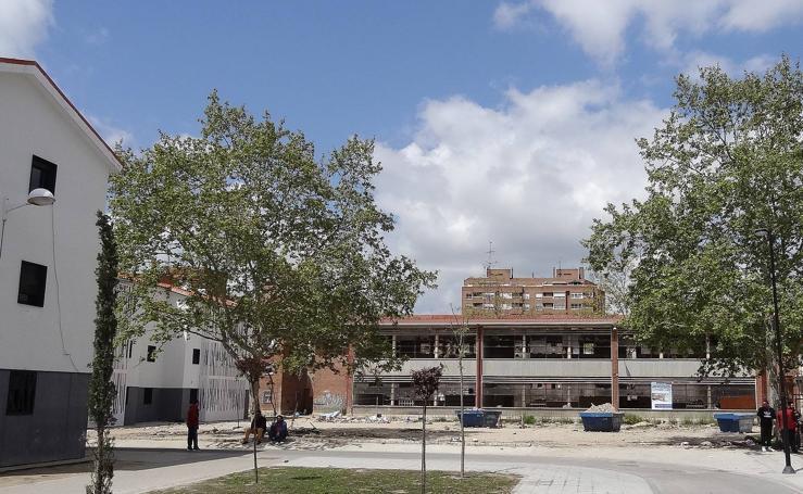 El abandono de las obras convierte el colegio 29 de Octubre de Pajarillos en un vertedero