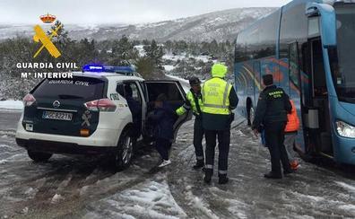 Rescatados 41 escolares y 4 profesores atrapados por la nieve en la localidad burgalesa Pineda de la Sierra