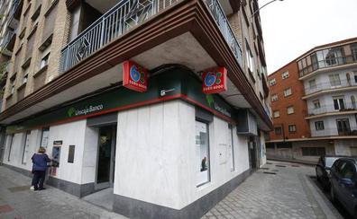 Intentan atracar un banco en la Avenida de Villamayor, atan a tres empleados y huyen sin botín
