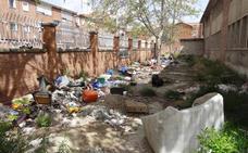 El abandono de las obras convierte el colegio del 29 de Octubre de Valladolid en un vertedero