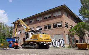 Una máquina con una cizalla devorará el antiguo instituto Santa Teresa de Valladolid