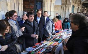 La Plaza Mayor, convertida en una gran librería, homenajea a Torrente Ballester