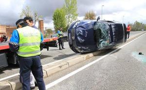 Herida una joven de 24 años en el espectacular vuelco de un coche frente al colegio Cooperativa Alcázar