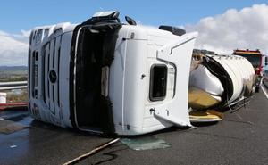Un herido al volcar un camión cisterna en la Autovía de la Plata en Salamanca