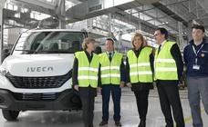 Isabel García Tejerina y Fátima Báñez visitan la factoría Iveco en Valladolid
