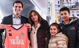 Albert Rivera 'ficha' por el equipo de baloncesto de Palencia