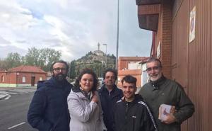 Los vecinos retiran el Cristo de la Alegría a Héctor López tras visitar el barrio con los candidatos de Vox