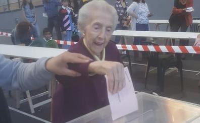 Pilar Garrido Fraile vota, a sus 101 años, en la localidad vallisoletana de La Cistérniga