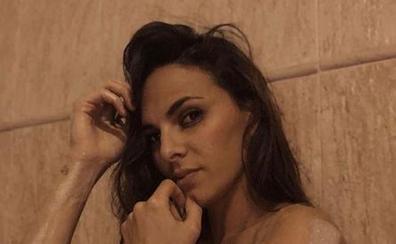 Irene Rosales posa completamente desnuda en la bañera