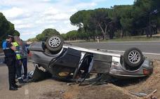 Dos heridos leves tras volcar un coche en la Carretera de Rueda de Valladolid