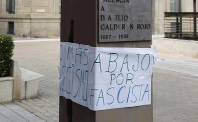 Colocan un cartel con el lema «abajo por fascista» en el busto de Abilio Calderón en Palencia