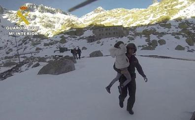 Rescatan a ocho personas atrapadas en Gredos que sufrían «ceguera de la nieve»
