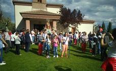 Los quintos de Pedrajas trasladan a la Virgen de Sacedón a la parroquia