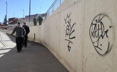 Ensucian con pintadas el nuevo paso de Pilarica en Valladolid horas después de su apertura