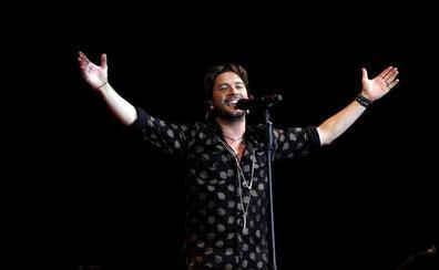 Manu Carrasco dedica una canción a Valladolid en su concierto en el Pisuerga