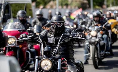 Los moteros del Kremlin pasan por la República Checa en su ruta de la victoria a Berlín