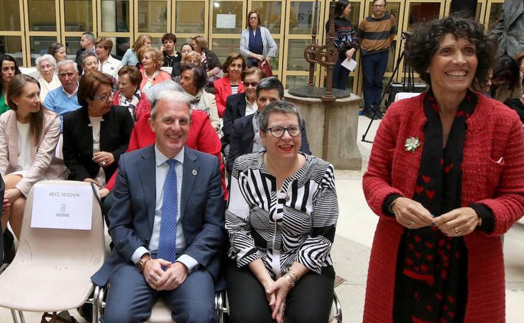 La Asociación contra el Cáncer de Segovia recibe la medalla de oro de la ciudad