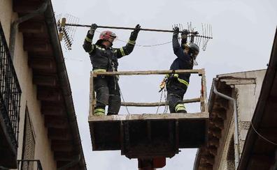 Un accidente, el viento y el fuego movilizan a los servicios de emergencia de Peñafiel