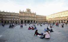 Denuncian a dos jóvenes ebrios por subirse a los tejados de la Plaza Mayor de Salamanca