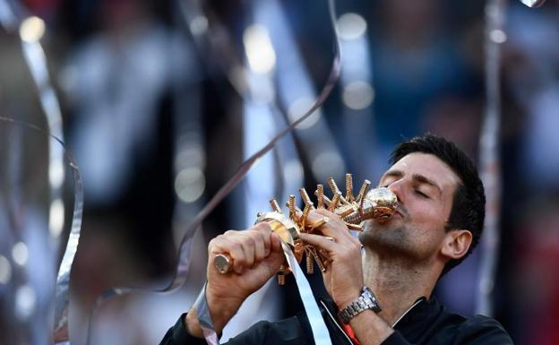 Djokovic celebra el triunfo en la final del Mutua Madrid Open.