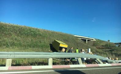 Un camión de reparto se sale de la vía y acaba en la rotonda de acceso a Aldeatejada