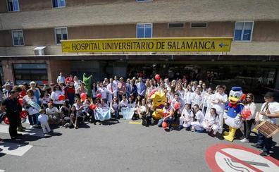 Besos y sonrisas inundan las puertas del Hospital para homenajear a los niños